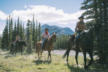 a cavallo nelle montagne rocciose